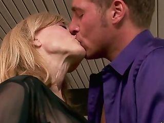 блондинки, минет, бойфренд, в колледже, две женщины, один мужчина, хардкор, мамочка, Nina Hartley, секс втроем,
